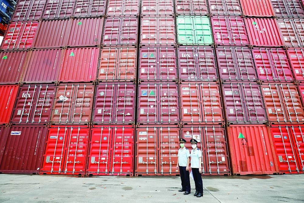 Tình trạng thiếu container rỗng, phí vận tải tăng khiến DN gặp nhiều khó khăn. Ảnh: Thu Hòa