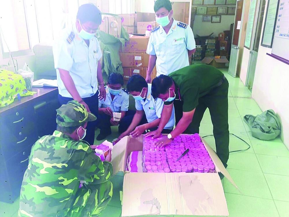 Hải quan cửa khẩu Tịnh Biên (Cục Hải quan An Giang) kiểm đếm hàng nhập lậu bị thu giữ