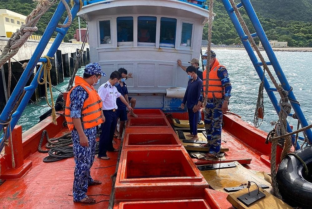 Các chủ phương tiện tàu cá dùng  khoang chứa để vận chuyển trái phép xăng dầu. Ảnh: Việt Hoàn