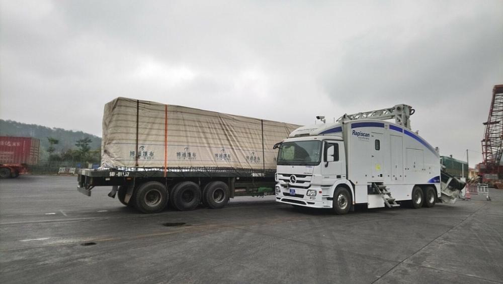 Để kiểm soát tình trạng gian lận trong xuất xứ hàng hóa, Hải quan Lạng Sơn đang triển khai soi chiếu 100% lô hàng qua máy máy soi container. Ảnh: H.Nụ