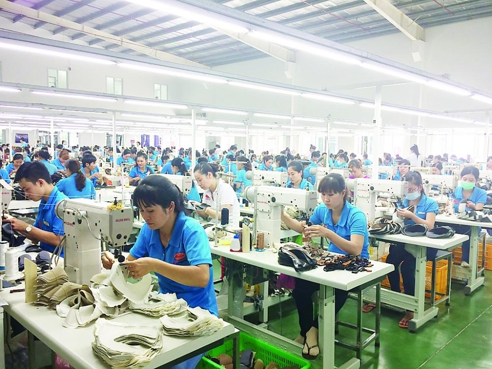 DN trong nước đã chủ động được 60% nguồn nguyên liệu cho sản xuất da giày, túi xách. Ảnh: N.Huế