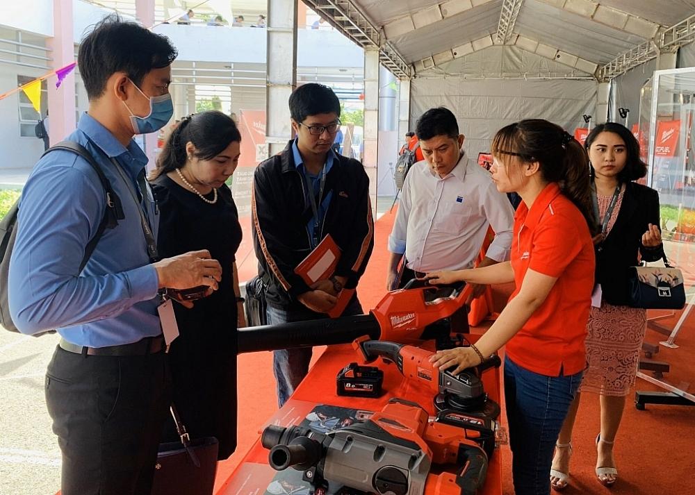 Các doanh nghiệp FDI đa quốc gia đang tìm hiểu các doanh nghiệp chuyên sản xuất nguyên vật liệu, linh phụ kiện trong nước. Ảnh: T.D