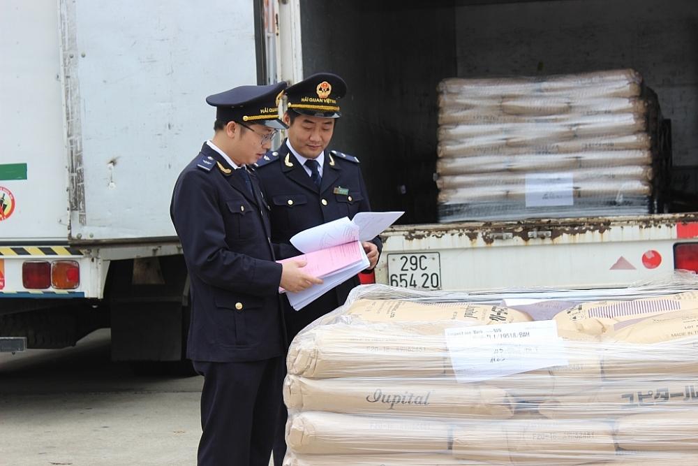 Công chức Cục Hải quan Hà Nội kiểm tra hàng hóa XNK. Ảnh: N.Linh