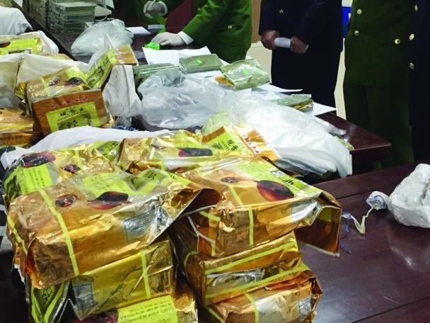 """Chuyện """"cất vó"""" tóm gọn 4 đối tượng, 150 bánh heroin và 136 kg ma tuý đá trên biên giới xứ Nghệ"""