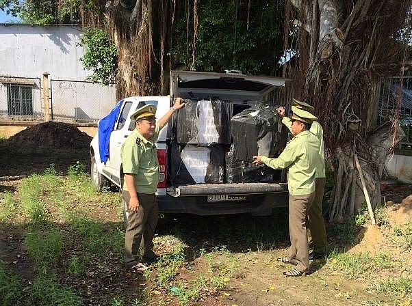 Phương tiện và tang vật thuốc lá nhập lậu do lực lượng Quản lý thị trường Long An bắt giữ. Ảnh: Duy Tuấn