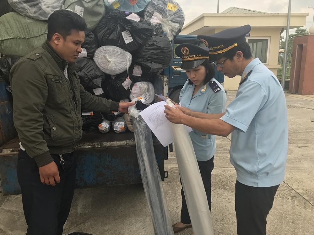 Hải quan Quảng Ngãi kiểm tra hàng hóa nhập khẩu. Ảnh: T.H