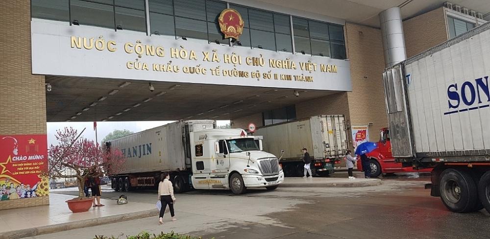 Hàng hóa xuất nhập khẩu qua cửa khẩu quốc tế đường bộ số II Kim Thành dịp tết Tân Sửu. Ảnh: Hải quan cửa khẩu quốc tế Lào Cai.