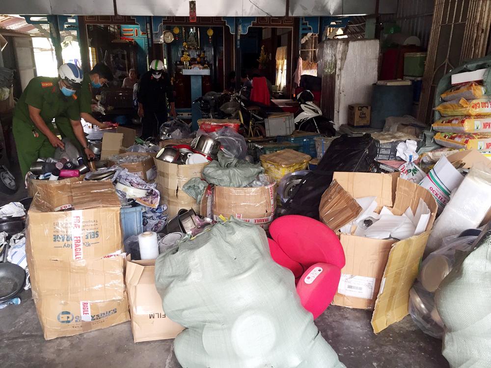 Lực lượng chức năng bắt giữ hàng tấn hàng lậu được tập kết trong nhà dân