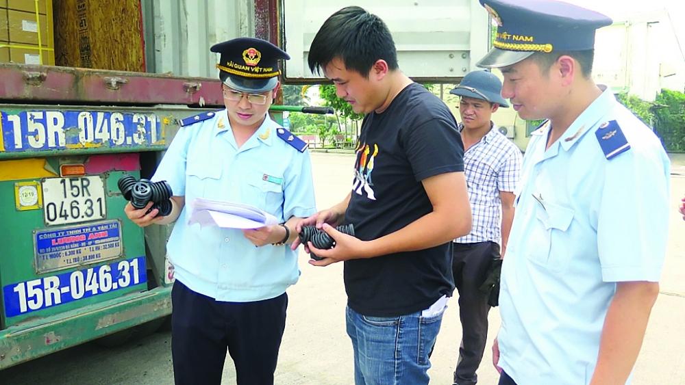 Công chức Chi cục Hải quan KCN Bắc Thăng Long kiểm tra hàng hóa XNK. Ảnh: N.Linh