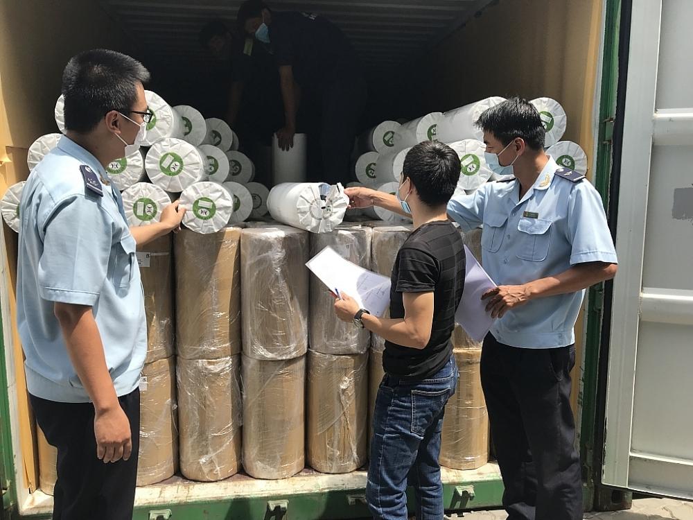 Công chức Hải quan TPHCM kiểm tra nguyên liệu nhập khẩu. Ảnh: T.H