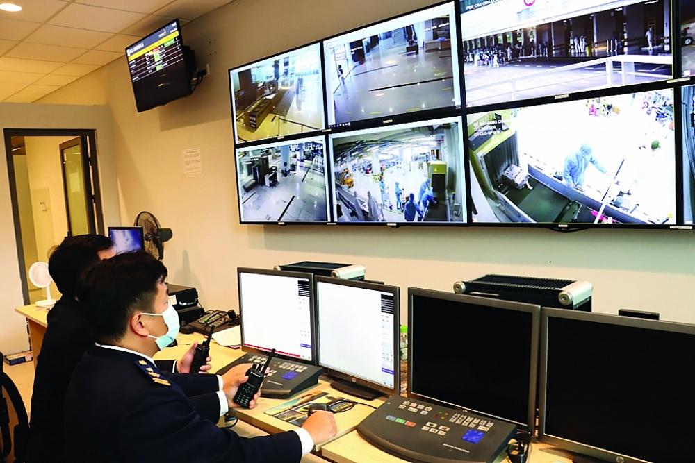 Hoạt động nghiệp vụ của Tổ công tác Hải quan sân bay Vân Đồn ngày 17/1/2021. Ảnh: Quang Hùng