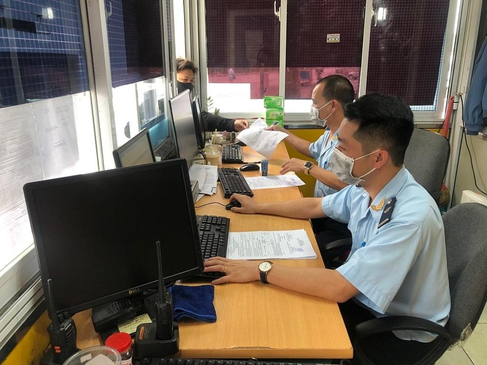 Công chức Hải quan Hữu Nghị thay phiên nhau trực tiếp nhận hồ sơ, hướng dẫn DN đưa phương tiện vào bến bãi. Ảnh: H.NỤ