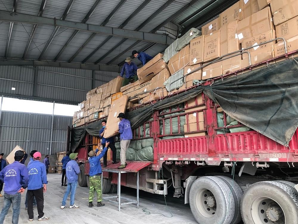 Các đội bốc xếp hàng hóa tại bãi sang tải Xuân Cương nhanh chóng bốc dỡ giải phóng hàng hóa. Ảnh: H.Nụ