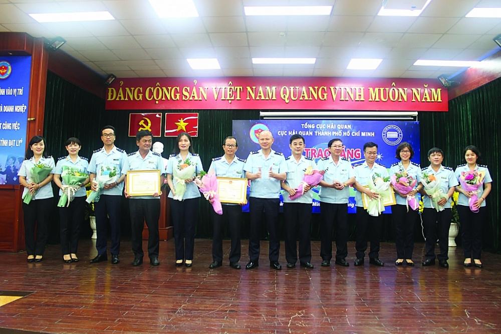 Lãnh đạo Cục Hải quan TPHCM khen thưởng các tập thể, cá nhân Chi cục Hải quan sân bay quốc tế Tân Sơn Nhất. Ảnh: T.H