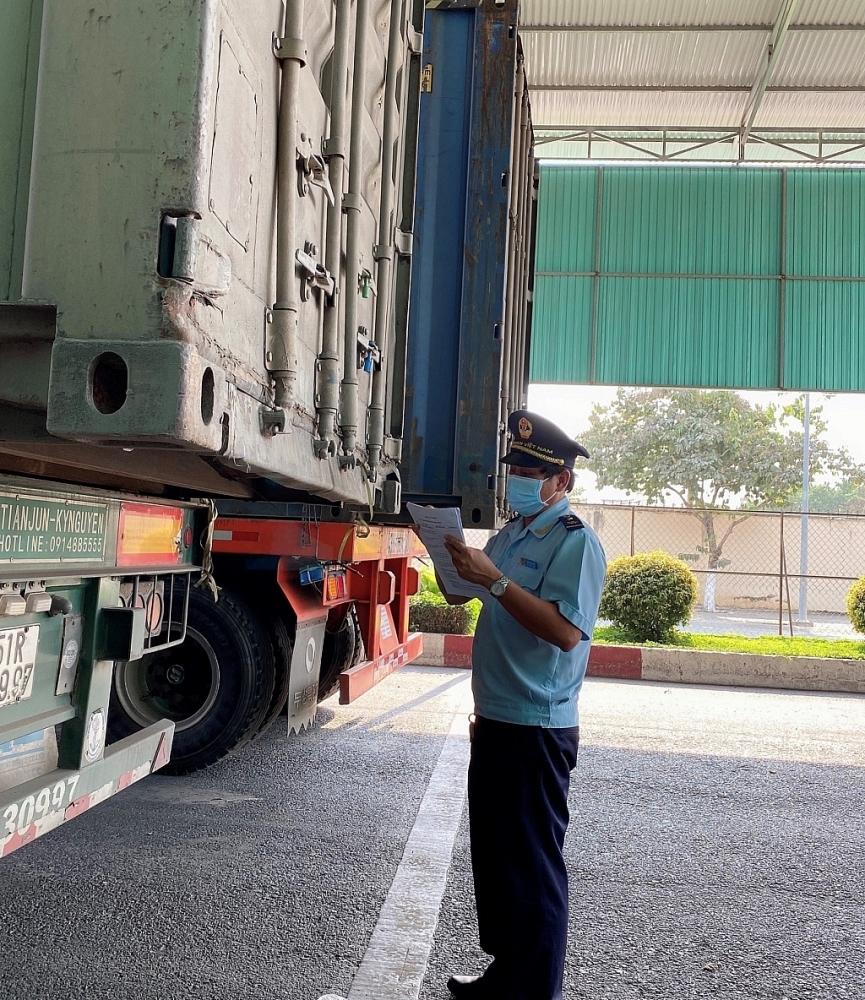Công chức Hải quan cửa khẩu Mộc Bài (Tây Ninh) kiểm tra hàng hóa xuất khẩu. Ảnh: T.D