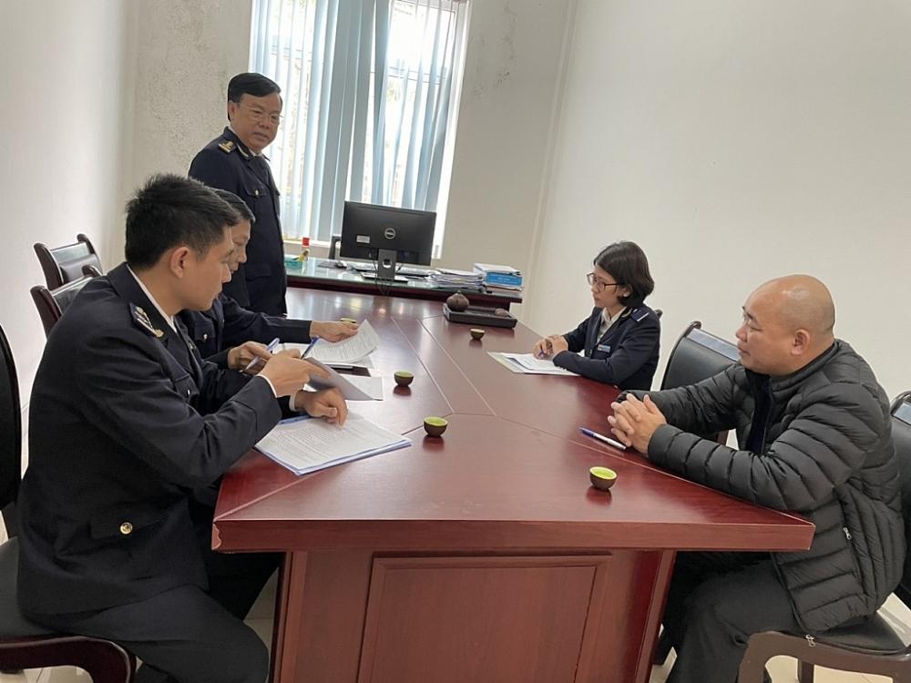 Đoàn công tác của Chi cục Hải quan cửa khẩu Cha Lo làm việc với ông Bùi Văn Huy (ngoài cùng bên phải).