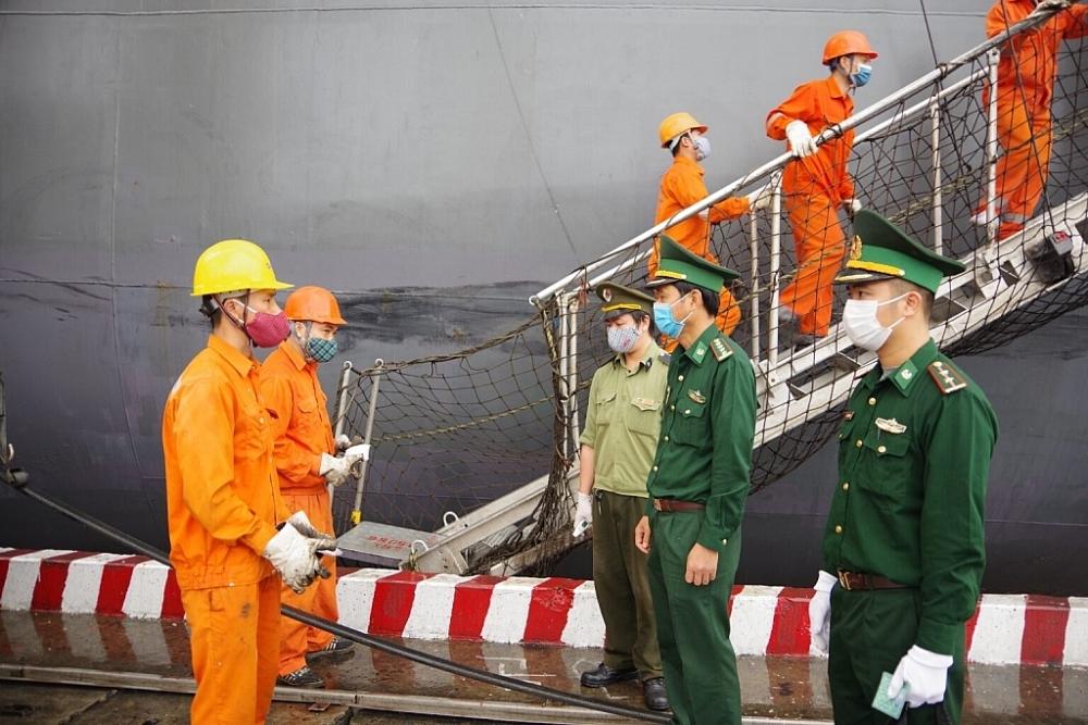 Lực lượng chức năng kiểm tra, giám sát tàu thuyền neo đậu tại cảng Hải Phòng