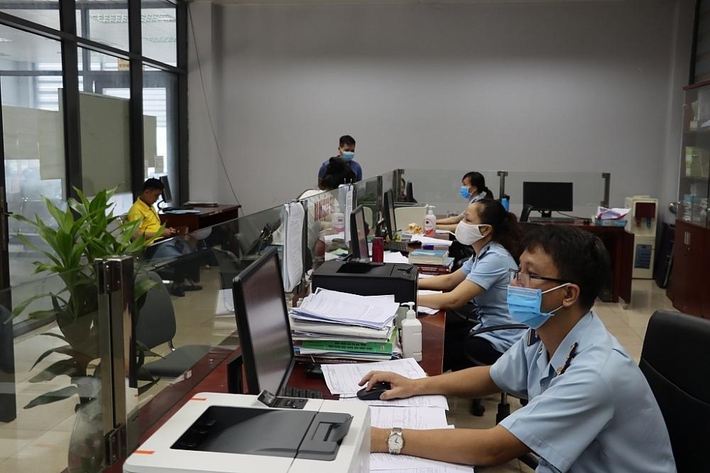 Hoạt động nghiệp vụ tại Chi cục Hải quan cửa khẩu quốc tế Lào Cai. Ảnh: T.Bình