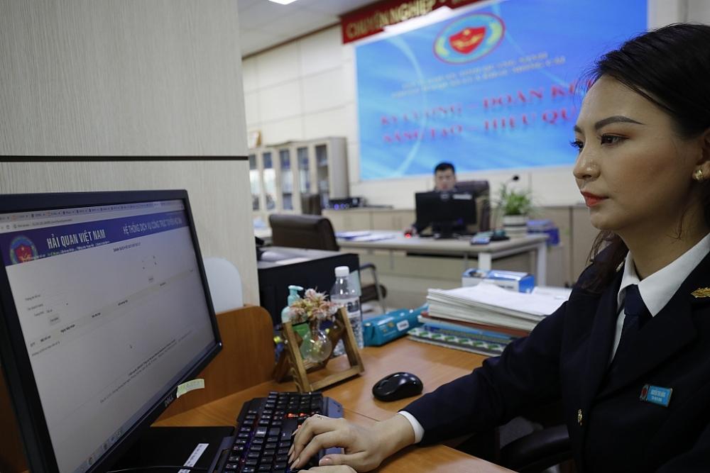 Ngành Hải quan đang tiến hành lựa chọn, tuyển dụng nhân lực có đủ trình độ để đáp ứng yêu cầu công việc ngày càng tăng.  Trong ảnh: Công chức Hải quan cửa khẩu Móng Cái (Cục Hải quan Quảng Ninh)