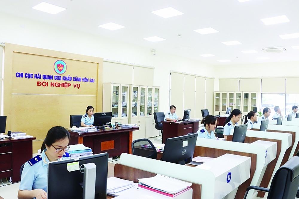Hoạt động nghiệp vụ tại Chi cục Hải quan cửa khẩu cảng Hòn Gai, Cục Hải quan Quảng Ninh.  Ảnh: Quang Hùng