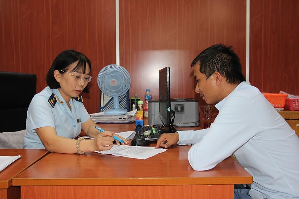 Công chức Hải quan cảng Sài Gòn khu vực 1 hướng dẫn thủ tục cho DN. Ảnh: T.H