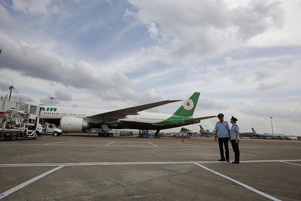 Công chức Hải quan sân bay quốc tế Tân  Sơn Nhất thực hiện nhiệm vụ giám sát tại sân bayẢnh: H.KHÂM