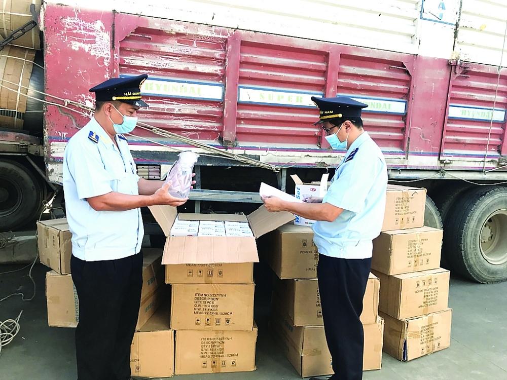 Công chức Cục Hải quan An Giang kiểm tra hàng hóa nhập khẩu. Ảnh: T.H