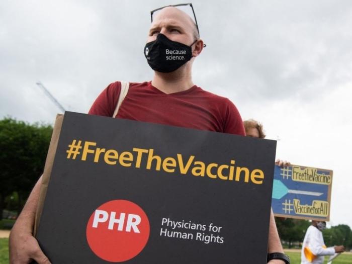 Tranh cãi xung quanh đề xuất bảo hộ bản quyền vaccine ngừa Covid-19