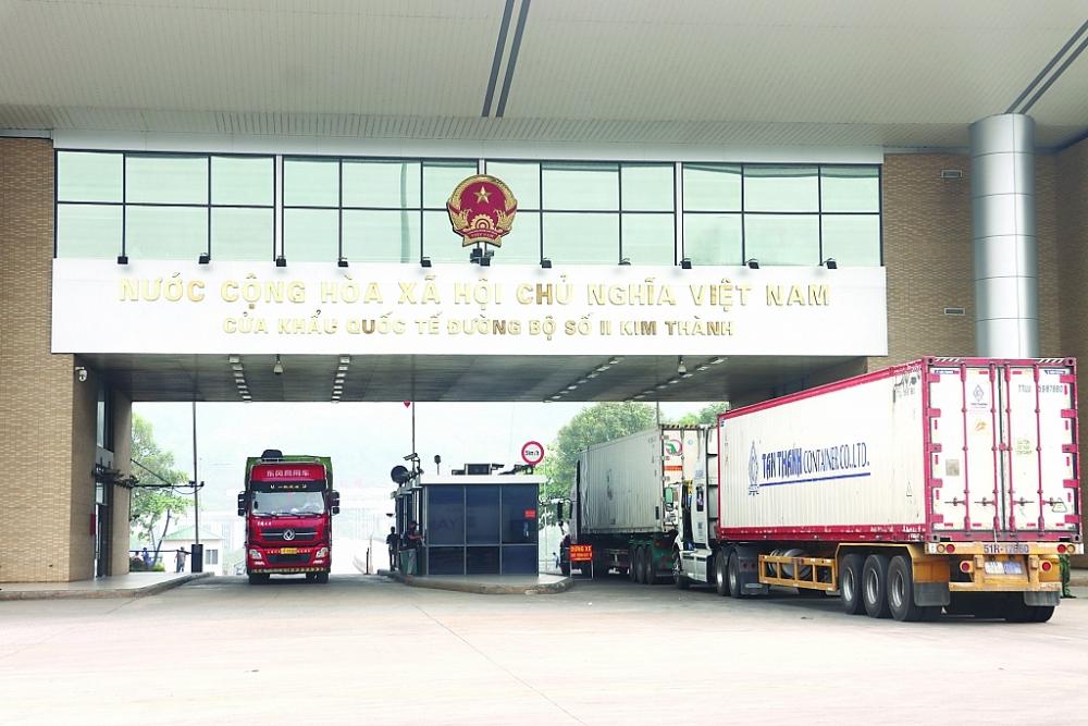 Hoạt động xuất nhập khẩu qua cửa khẩu quốc tế đường bộ số II Kim Thành, Lào Cai Ảnh: T.B