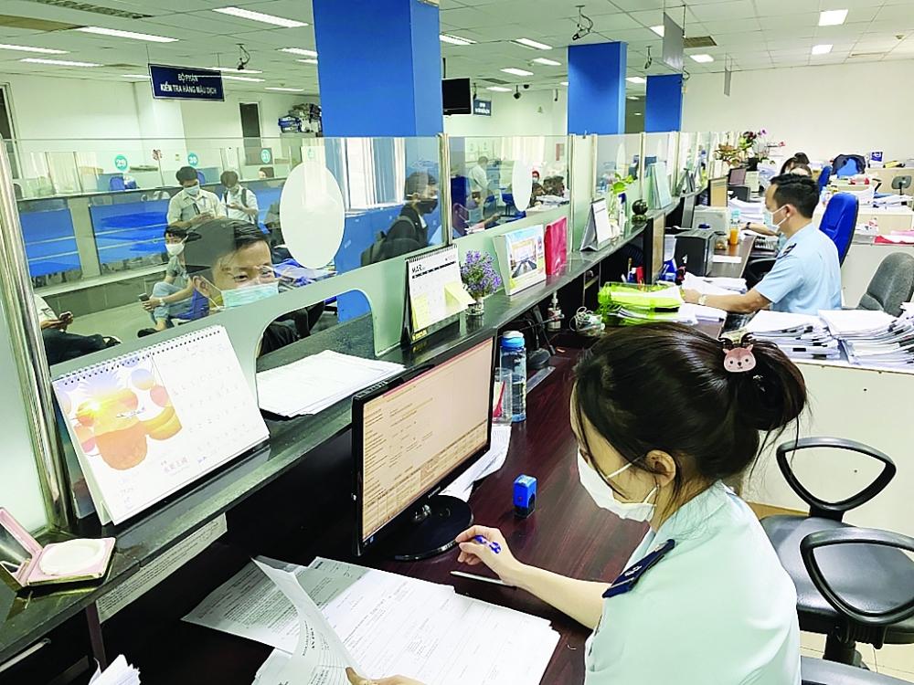 Hoạt động nghiệp vụ tại Chi cục Hải quan cửa khẩu sân bay quốc tế Tân Sơn Nhất. Ảnh: Thu Hòa