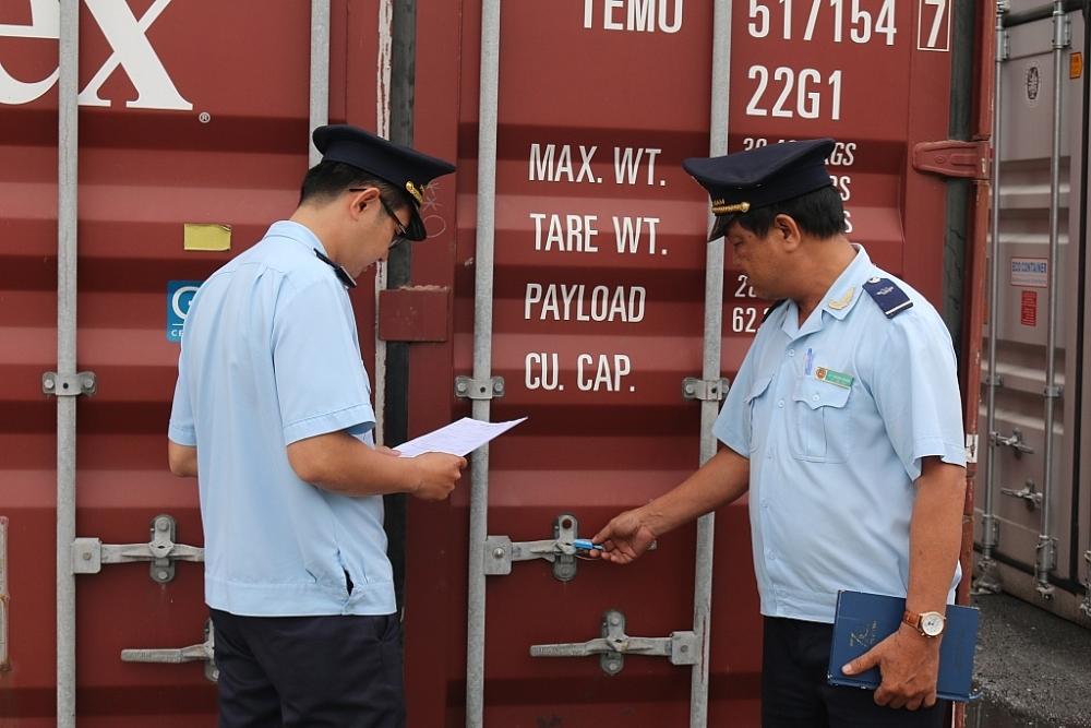 Công chức Hải quan Đồng Nai giám sát hàng hóa XNK. Ảnh: N.H