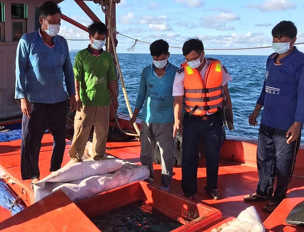 Đoàn Trinh sát số 2, Bộ Tư lệnh Cảnh sát biển phát hiện và kiểm tra tàu vỏ gỗ số hiệu KG 91283 TS đang vận chuyển 70.000 lít dầu DO trái phép ngày 2/7/2021. Ảnh: Điền Phong
