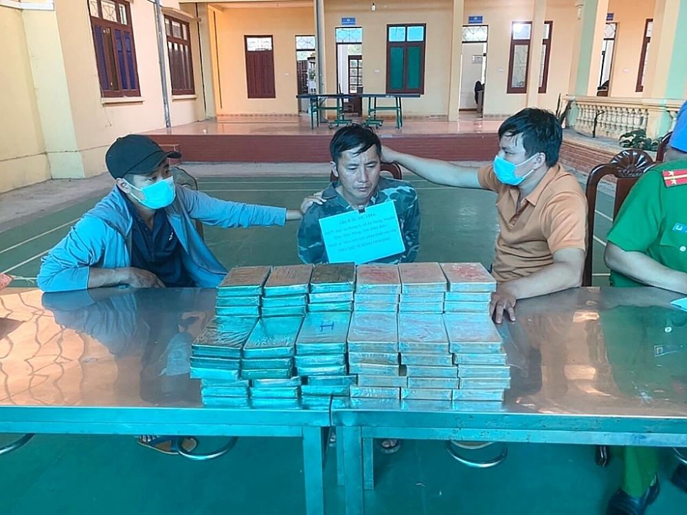 Lực lượng chức năng tại Điện Biên bắt giữ đối tượng và tang vật là 78 bánh heroin, ngày 22/6. Ảnh: Hải quan Điện Biên cung cấp