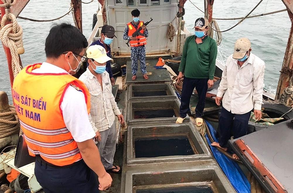 Đoàn Trinh sát số 2- BTL Cảnh sát biển bắt vụ vận chuyển dầu DO trên biển. Ảnh: Cao Phong