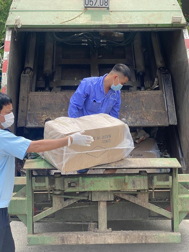 Lực lượng Hải quan Tân Thanh kiểm tra và yêu cầu lái xe dỡ hàng hóa được cất giấu trong thùng xe. Ảnh: Nam Duy