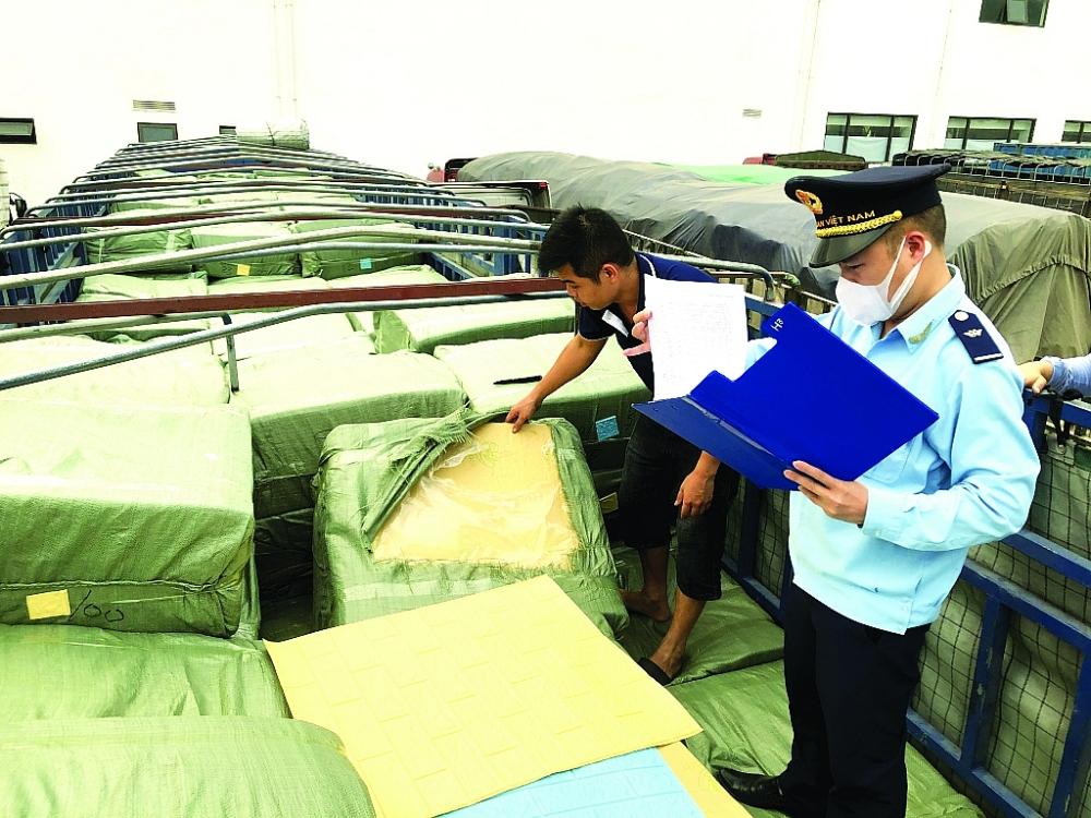 Công chức Chi cục Hải quan cửa khẩu quốc tế Hữu Nghị kiểm hóa hàng NKẢnh: H.Nụ