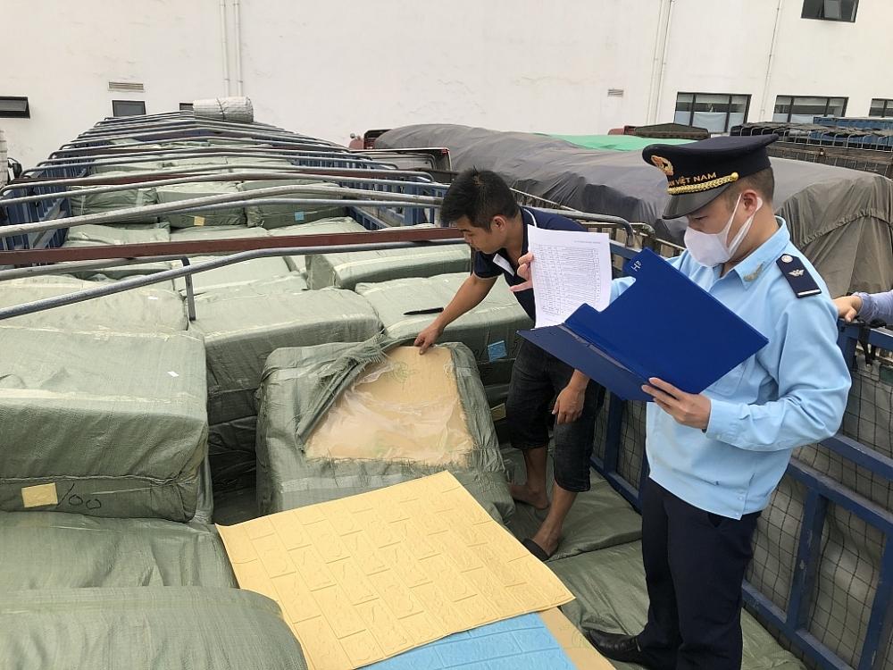 Công chức Hải quan Hữu Nghị kiểm hóa hàng NK. Ảnh: H.Nụ