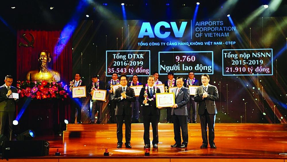 Bộ trưởng Bộ Tài chính Đinh Tiến Dũng tặng Bằng khen và vinh danh ACV là doanh nghiệp nộp thuế tiêu biểu  Ảnh: ACV