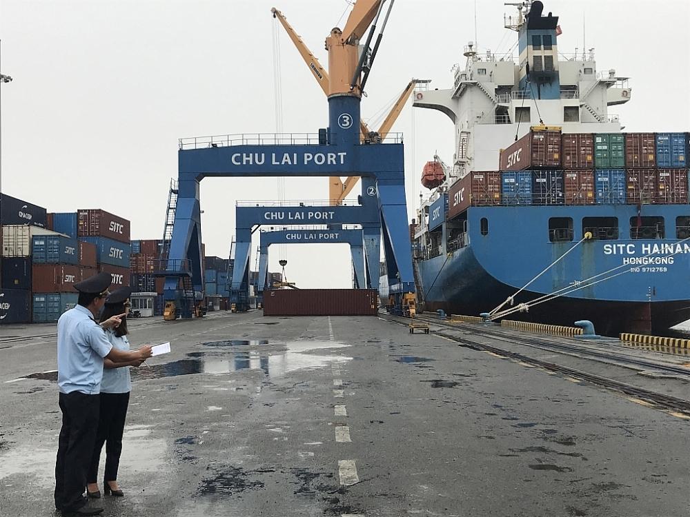 Công chức Hải quan Chi cục Hải quan cảng Kỳ Hà giám sát hàng hoá XNK. Ảnh: T.H