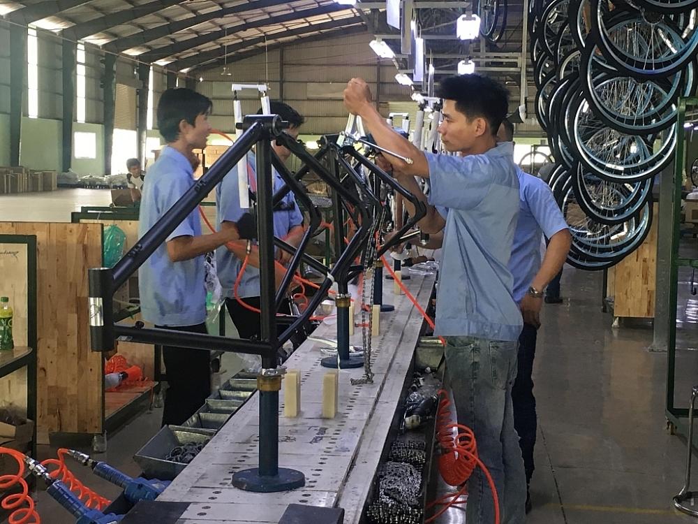Việc lắp ráp xe đạp với công đoạn đơn giản được thực hiện tại Công ty TNHH Excel. Ảnh T.D