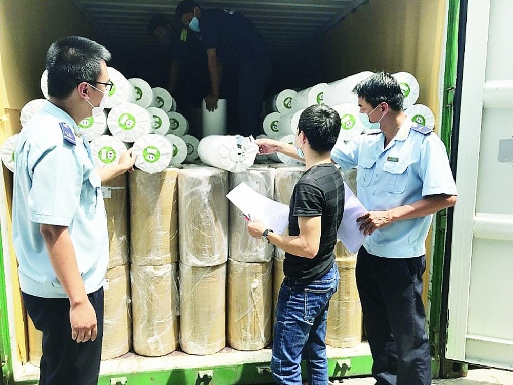 Công chức Hải quan TPHCM kiểm tra nguyên liệu NK qua cảng Cát Lái. Ảnh: T.H