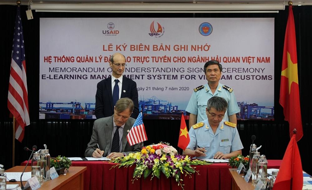 Phó Tổng cục trưởng Mai Xuân Thành và ông Michael Greene, Giám đốc USAID Việt Nam ký biên bản ghi nhớ Hệ thống quản lý đào tạo trực tuyến cho ngành Hải quan Việt Nam giữa Hải quan Việt Nam và Cơ quan Phát triển quốc tế Hoa Kỳ (USAID). Ảnh: H.Nụ
