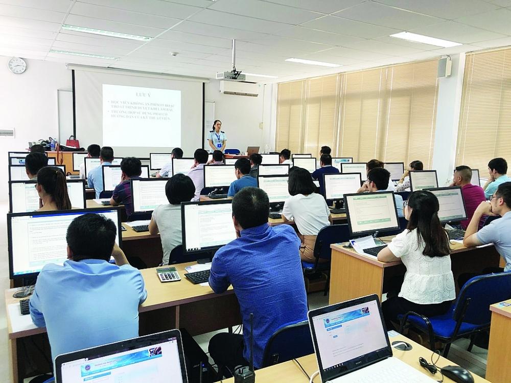 Trường Hải quan Việt Nam tổ chức thành công kỳ thi cấp chứng chỉ nghiệp vụ khai hải quan với hơn 1.000 thí sinh tham gia. Ảnh: H.Nụ
