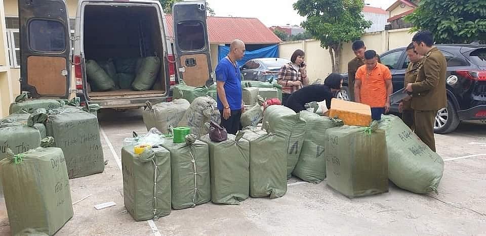 Lực lượng chức năng kiểm tra số hàng vi phạm được vận chuyển trên xe ô tô BKS 98B-027.90, do ông Nguyễn Văn Hiển điều khiển bị phát hiện bắt giữ ngày 20/10 .  Ảnh: QLTT LS