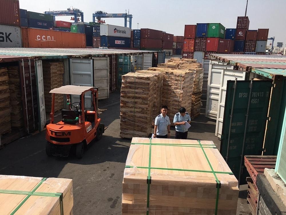 Hải quan cảng Sài Gòn khu vực 1 kiểm tra lô hàng nhập khẩu vi phạm. Ảnh: T.H