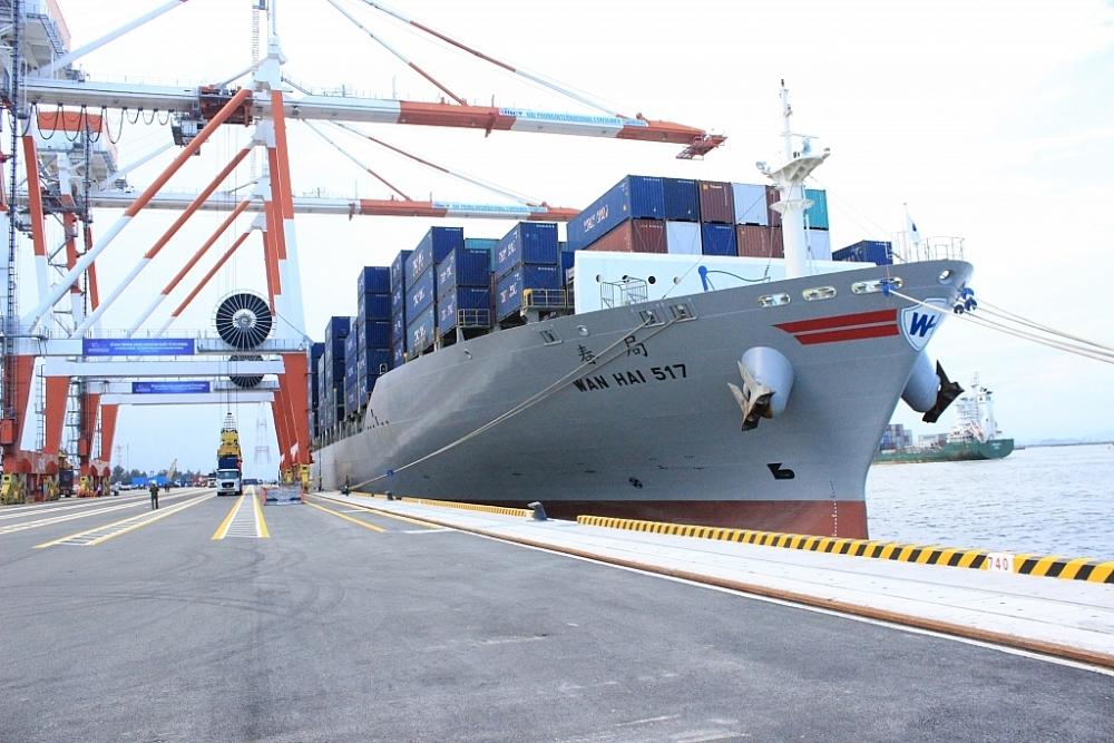 Một lượng lớn hàng hóa nhập khẩu về khu vực cảng Hải Phòng được chuyển về làm thủ tục tại các cục hải quan địa phương khác. Ảnh: T.Bình