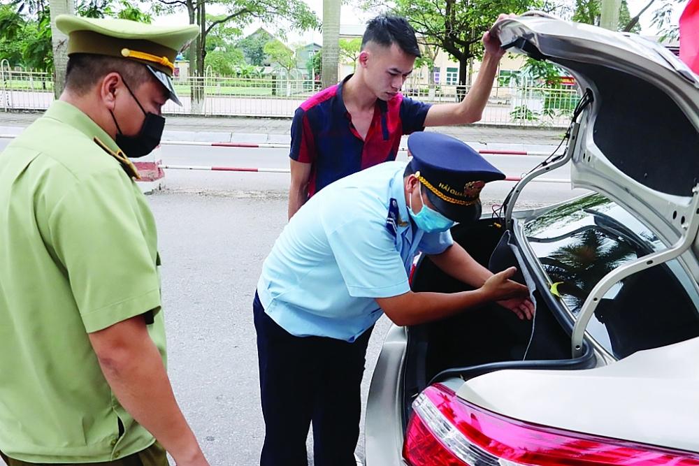 Lực lượng chức năng thuộc Trạm Kiểm soát liên hợp Km15-Bên tầu Dân Tiến (Quảng Ninh) kiểm soát phương tiện trên tuyến Quốc lộ 18A. Ảnh: Quang Hùng