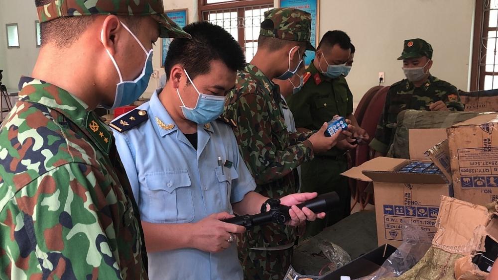Lực lượng Hải quan Tân Thanh phối hợp với lực lượng chức năng kiểm tra hàng hoá vi phạm. Ảnh: Minh Tuấn