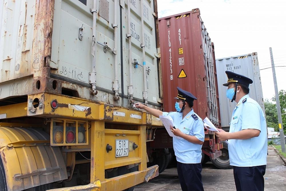 Công chức Hải quan cửa khẩu quốc tế Bình Hiệp kiểm tra hàng hóa xuất khẩu. Ảnh: T.D
