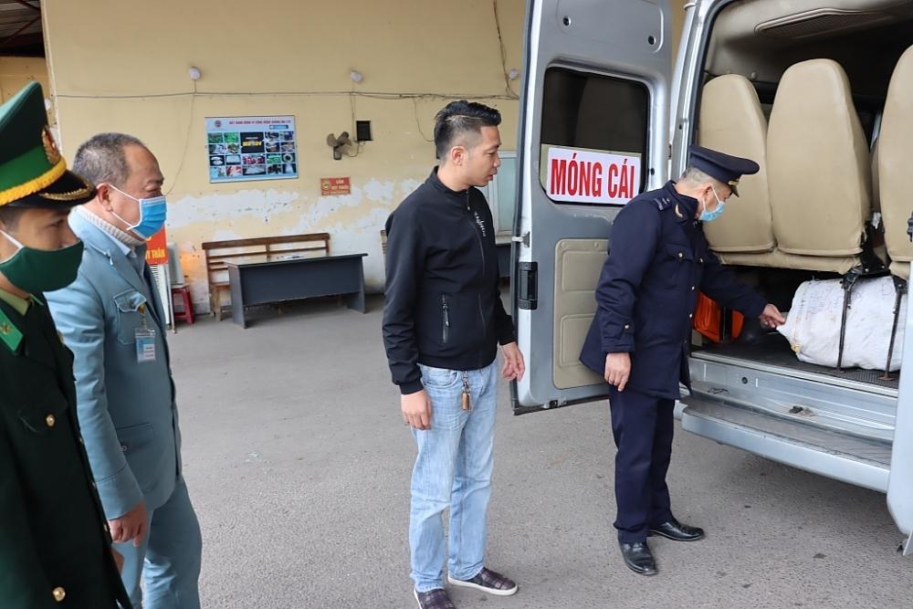 Lực lượng chức năng thuộc Trạm Kiểm soát liên hợp Km15-Bến tầu Dân Tiến kiểm tra phương tiện. Ảnh: Quang Hùng